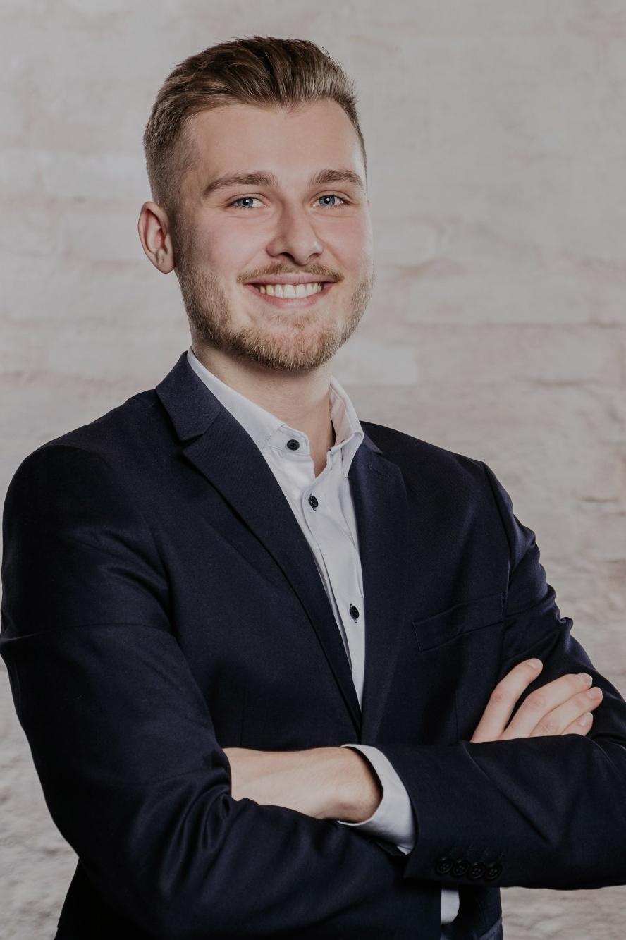Julian: 2 Jobs als Servicekraft (m/w/d) (in München) - InStaff
