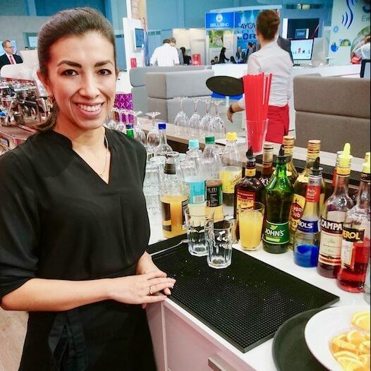 Barkeeperin bei der Arbeit
