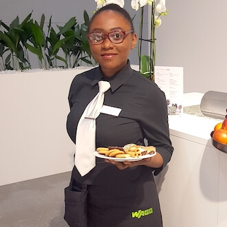 Messehostess mit Teller für Catering Company