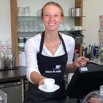 Servicekraft bei Ausgabe von Kaffee